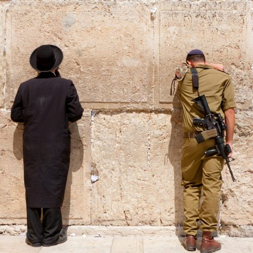 Soldier and Orthodox jewish man pray at the western wall, Jerusalem / Photo credits: liorpt / 2014 / Source: depositphotos.com, ©2019