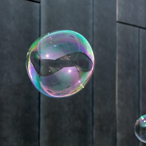 The transparent, iridescent soap bubbles on black background / Photo credits: wjarek / 2015 / Source: depositphotos.com, ©2019