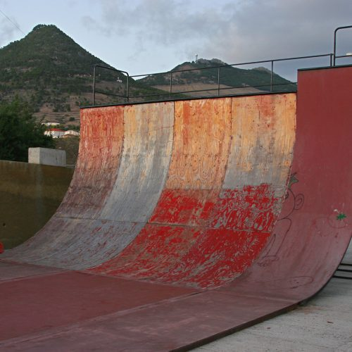 Deteriorated skate half pipe at sunset / Photo credits: fnalphotos / 2016 / Source: depositphotos.com, ©2019