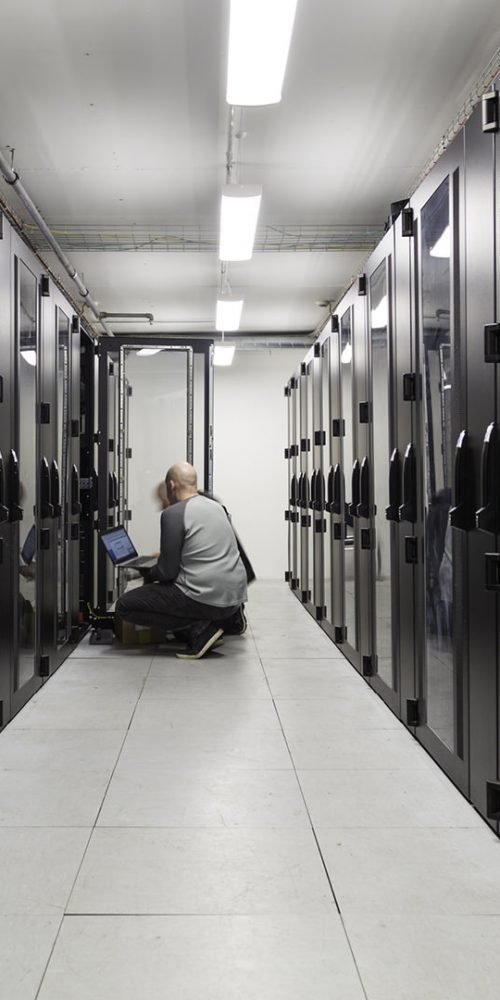 Server specialists working on servers in a server room / Photo credits: Johann / 2015 / Source: depositphotos.com, ©2019